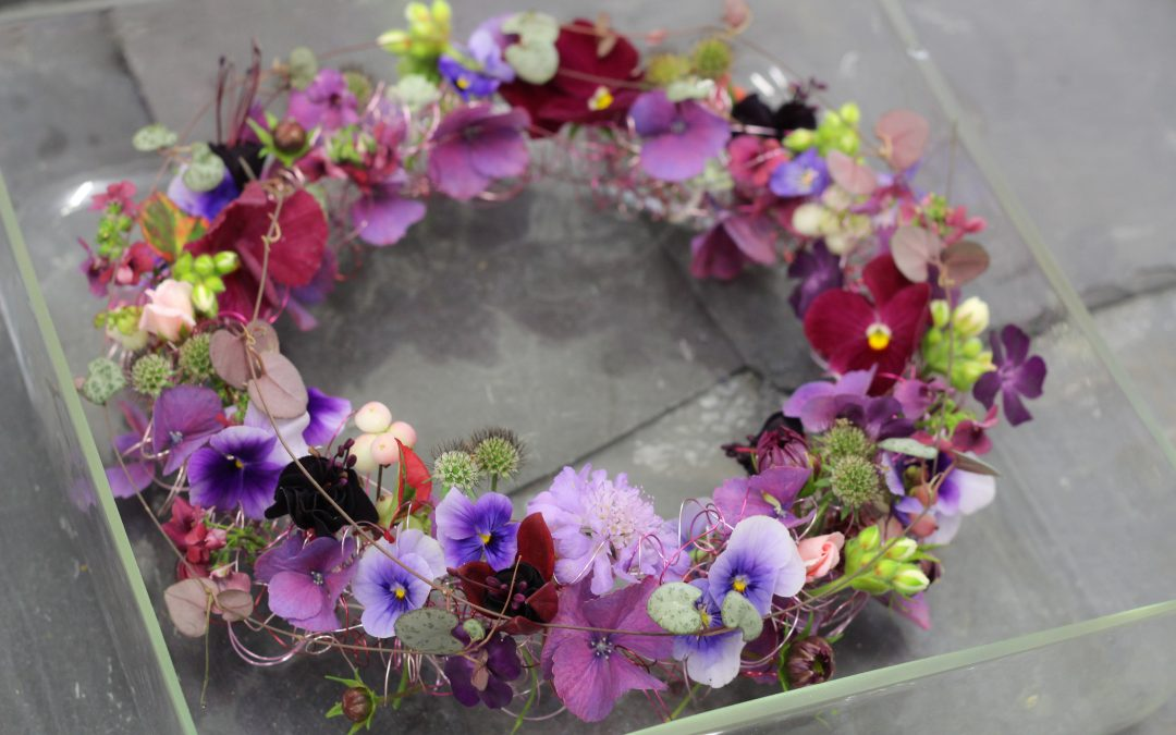 How to make a floral table ring.